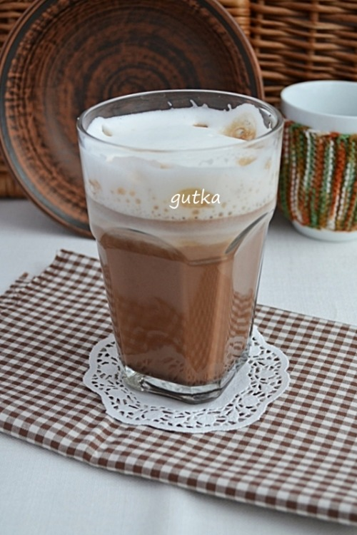 Кава з молоком та шоколадом