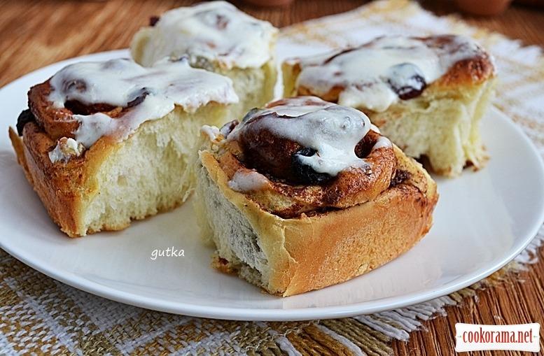 Пиріжки-«равлики» з корицею, журавлиною і горіхами