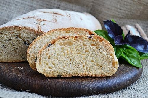 Хліб з оливками та свіжим базиліком