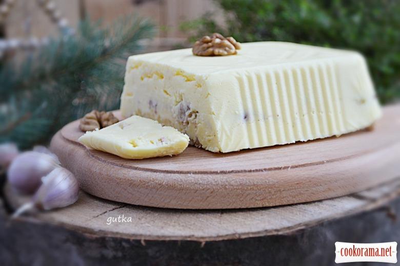 Сир з волоськими горіхами