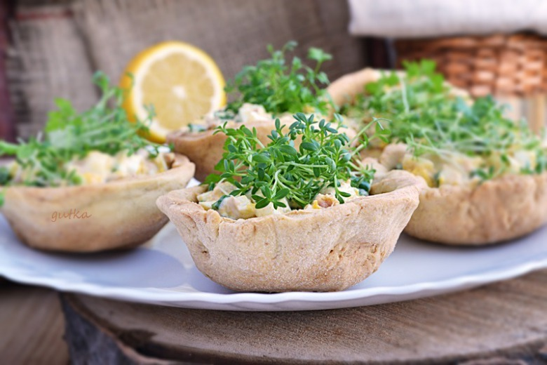 Crispy baskets stuffed with tuna and egg