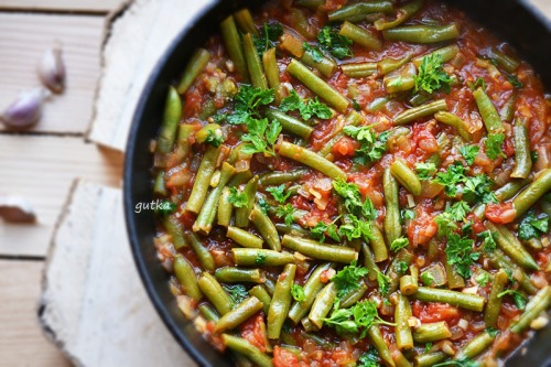 """Zeytinyala"" green beans with tomatoes and onions in Turkish style"