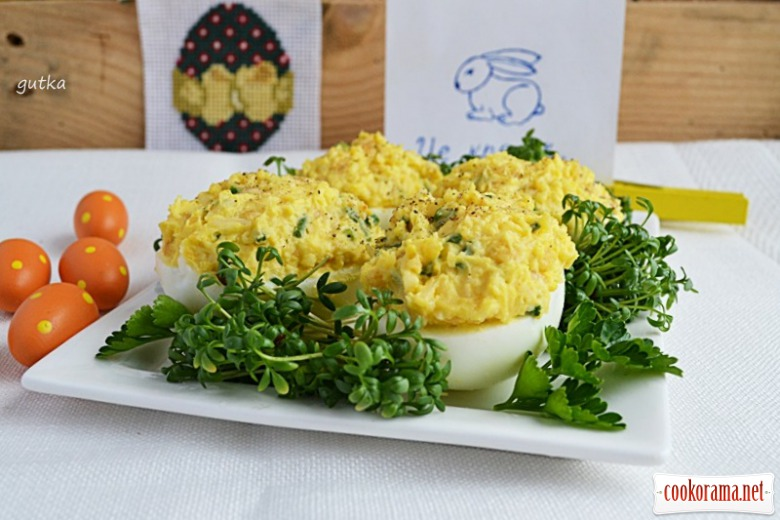 Яйца фаршированные сыром и арахисом