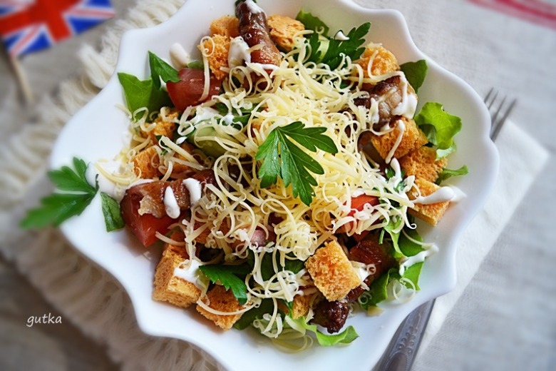 Салат з беконом та сухариками