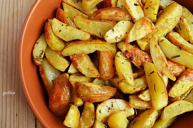 Картофель запеченный с розмарином и чесноком