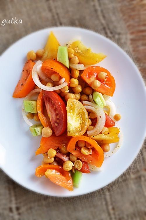 Салат с помидорами, нутом и огурцом