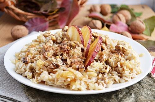 Овсянка с яблоком и орехами на завтрак