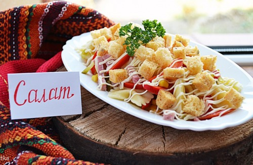 Салат з пастою, шинкою та овочами