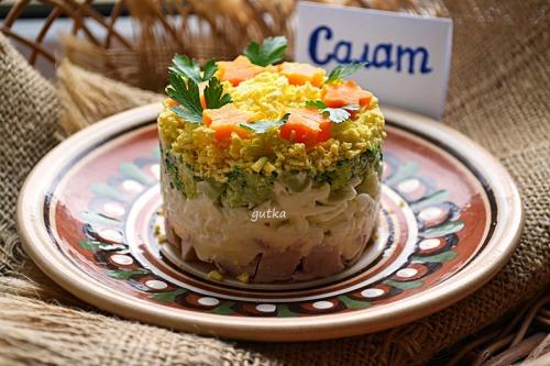 Салат з куркою і броколі