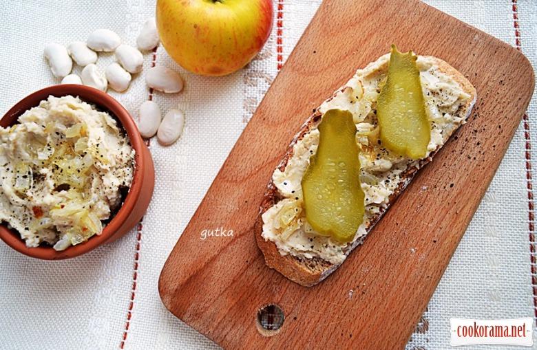 Постный паштет из фасоли, лука и яблока