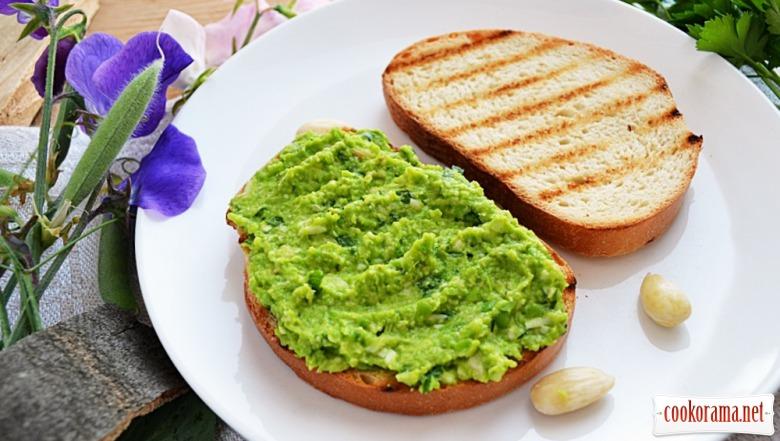 Паста із зеленого горошку з мигдалем