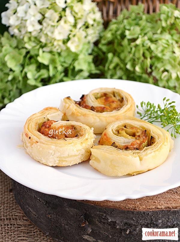 «Равлики» з листкового тіста з кабачком та сиром