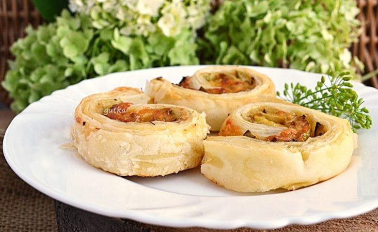 """""""Равлики"""" з листкового тіста з кабачком та сиром"""