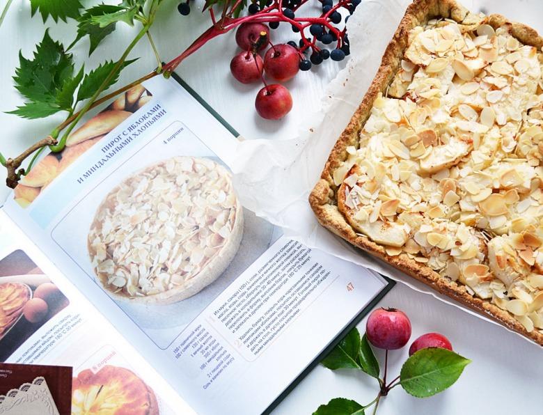Пиріг з яблуками та мигдалевими пластівцями