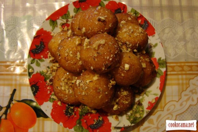 Творожные пончики с медом и орехами