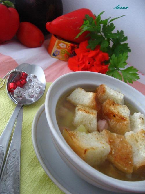 Гороховий суп з копченостями та грінками