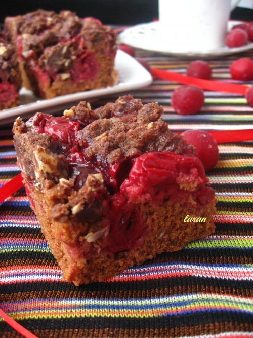 Шоколадний пиріг з ягодами та крамбл-скоринкою