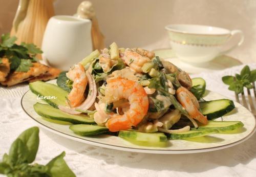 Салат з морепродуктами, шпинатом й руколою