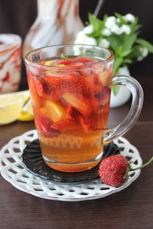 Холодний чай з лимоном та полуницею