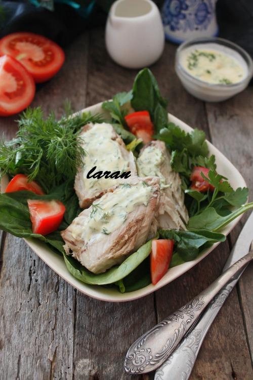 Зеленый салат со скумбрией и йогуртовой заправкой