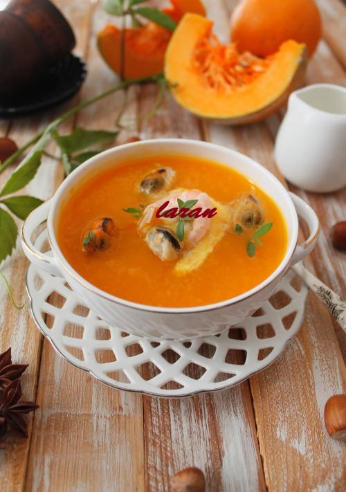 Гарбузовий суп з морепродуктами.