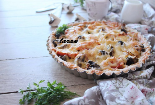 Овочевий пиріг з грибами чорносливом та помідорами.
