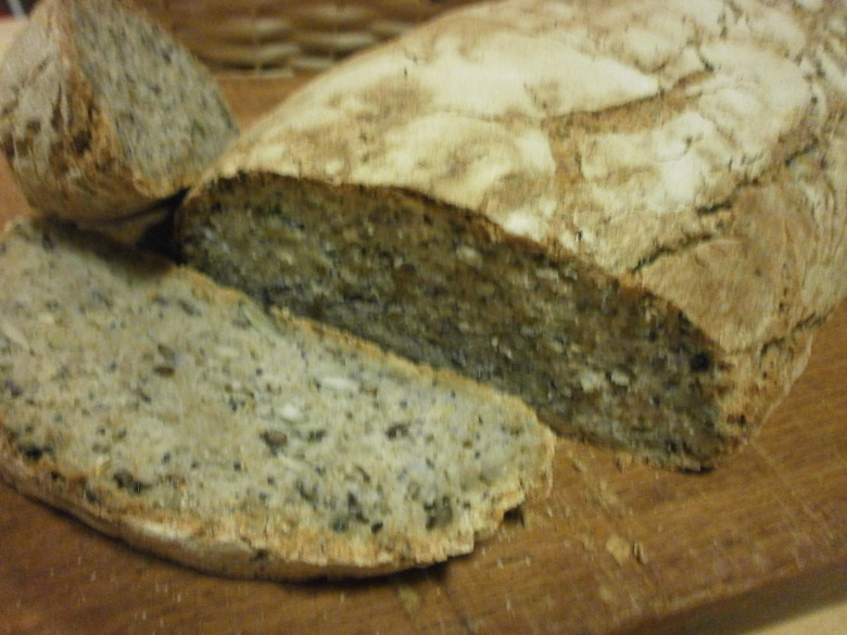 "Bread made from whole-grain flour ""1000 seeds"""