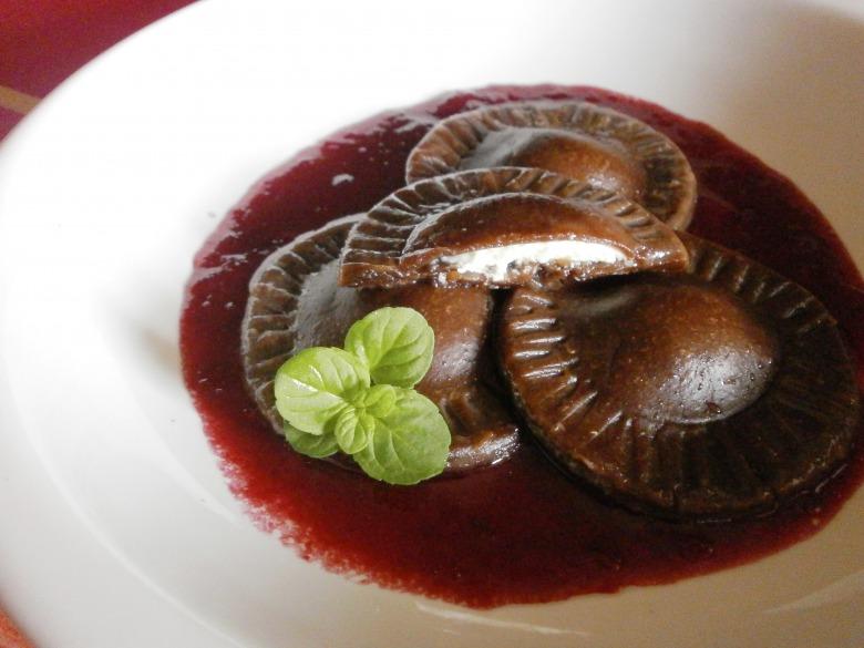 Шоколадные равиоли с творожной начинкой в соусе из черешен
