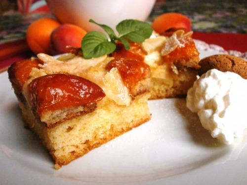 Мигдально-абрикосовий пиріг з сметанно-ванільною заливкою