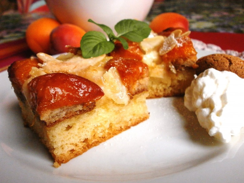 Миндально-абрикосовый пирог с сметанно-ванильной заливкой
