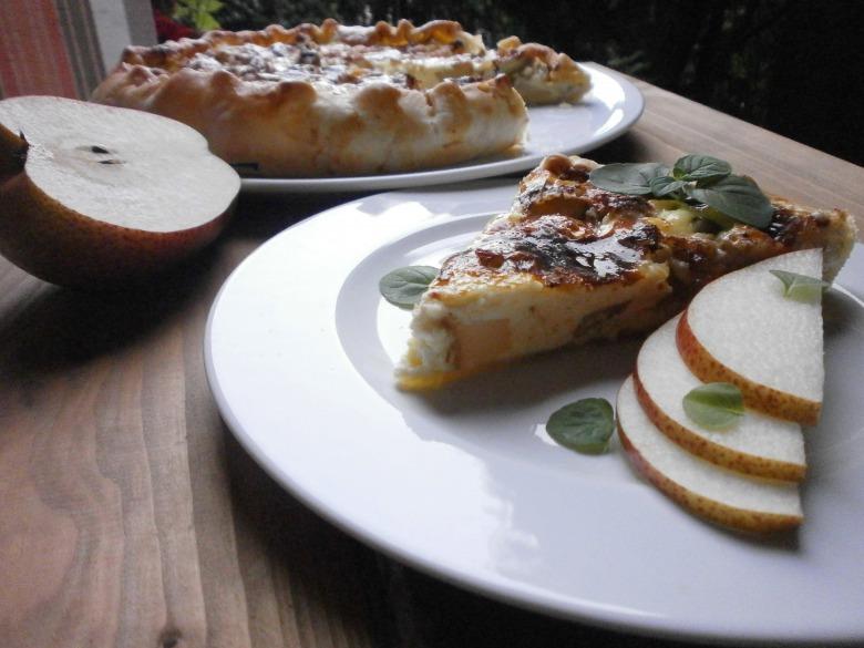 Открытый пирог с грушами и сыром дорблю