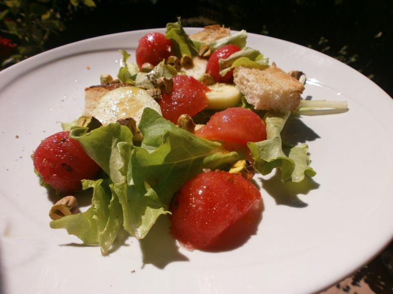 Літній салат з кавуном і фісташками