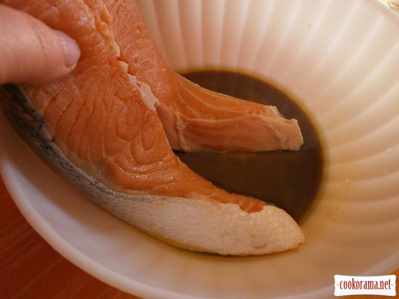 Стейки сьомги в медово-соєвому маринаді з кунжутом