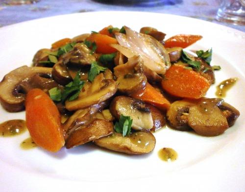 Поджарка из грибов и моркови в картофельном соусе