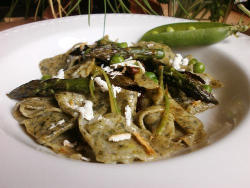 Зелена паста з овочами та запеченим  кисломолочним сиром