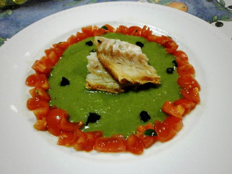Пюре з гороху , як гарнір до смаженої  риби з маринованими помідорами та чорним часником.