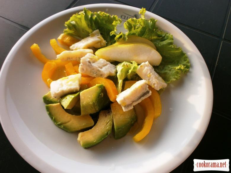 Салат з авокадо, груші, сиру