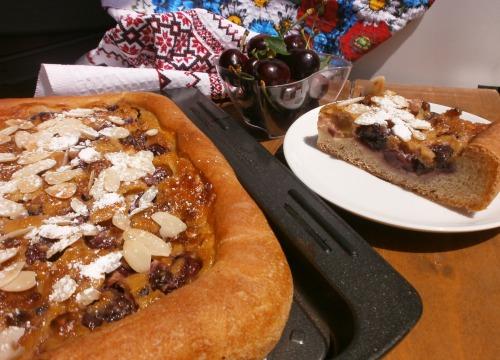 Піца з черешнями і з сливочно - марципановою заливкою