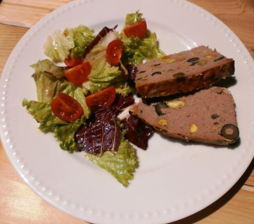 Плюмкейк м'ясний з оливками і фісташками під пікантною скоринкою