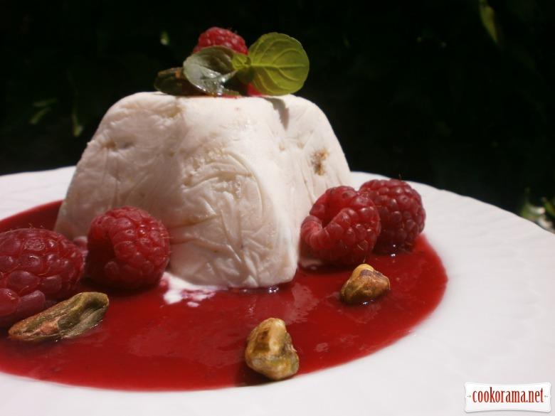 Сирний десерт з корицею під малиновим соусом
