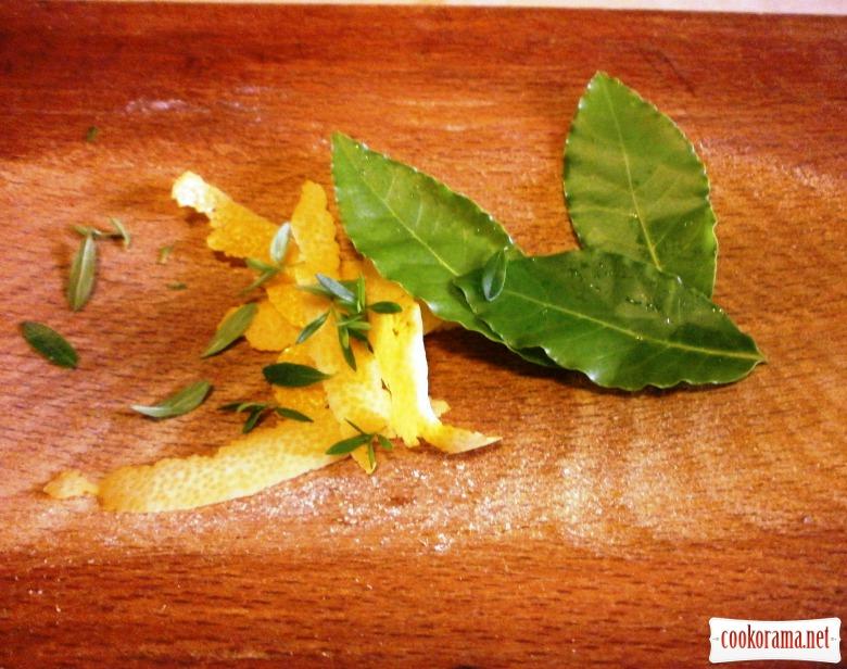 Лосось під ароматною « шубкою» з голандським апельсиновим соусом.