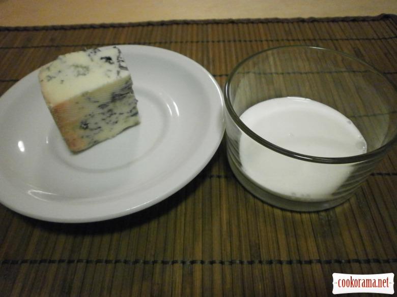 Салат з карамелізованою редискою та  з  солоним морозивом із сиру « горгонзола»