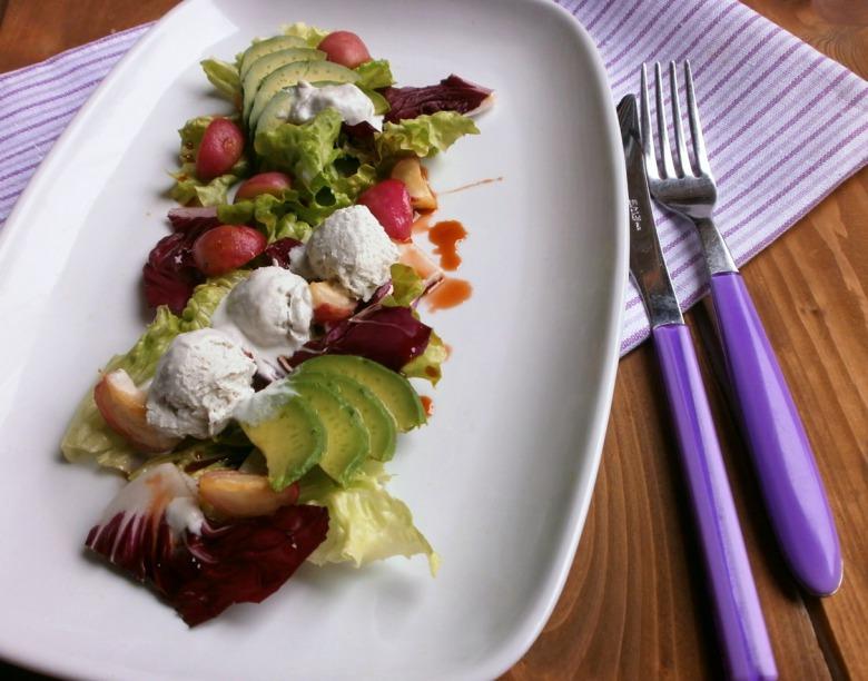 """Салат з карамелізованою редискою та  з  солоним морозивом із сиру """" горгонзола"""""""