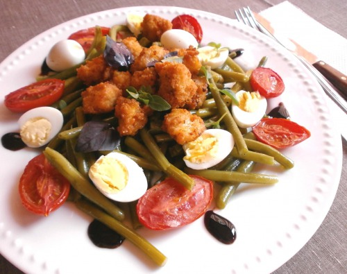 """Салат """" Цезарь"""" з часниковими стрілками , спаржевою квасолею та томатами """" конфіт """"."""