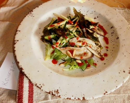 Салат з печеними баклажанами та малиновою заправкою
