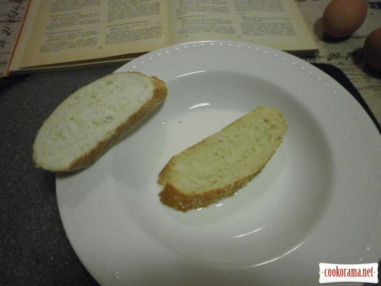 хліб вмочити в молоко, обсмажити