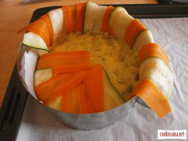 форму вистелити овочевими слайсами наповнити картоплею