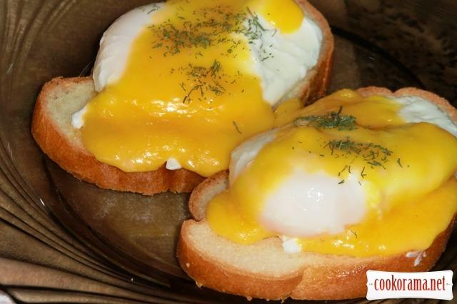 Яйца пашот под  соусом
