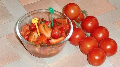 Салат с помидорами и клубникой