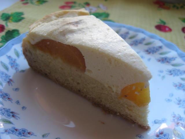 Пиріг із сиром і персиками